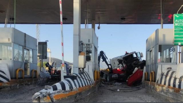 Tráiler-se-impacta-contra-caseta-de-peaje-en-Coahuila