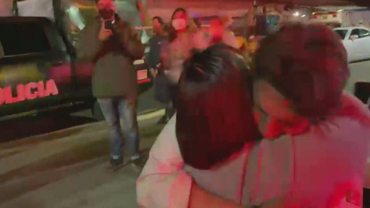 emotivo encuentro de madre con su hijo que viajaba en convoy que se desplomo en metro olivos