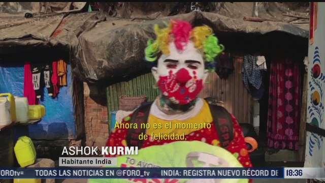 hombre disfrazado de payaso desinfecta barrio completo en la india