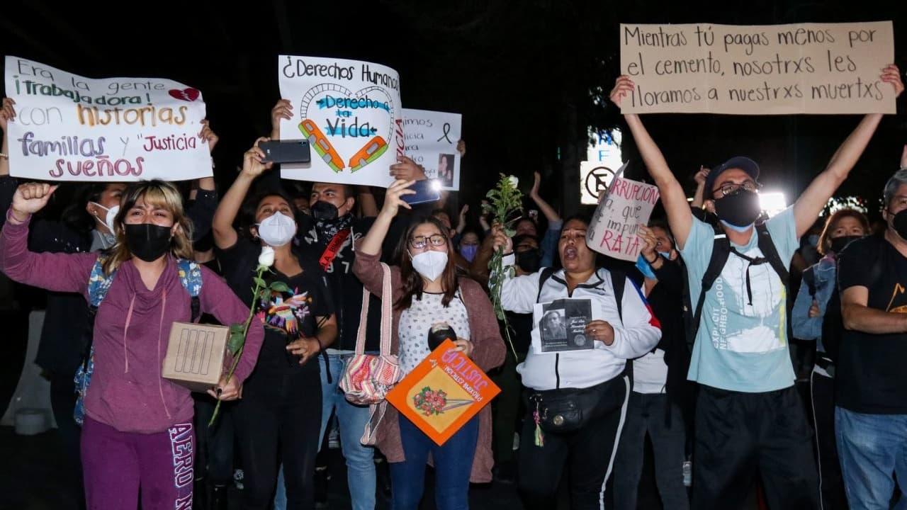 Manifestantes realizan homenaje a víctimas de desplome de Línea 12