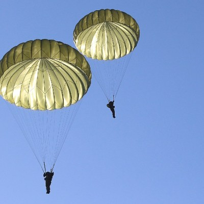 Muere paracaidista en Florida tras chocar con otro en el aire