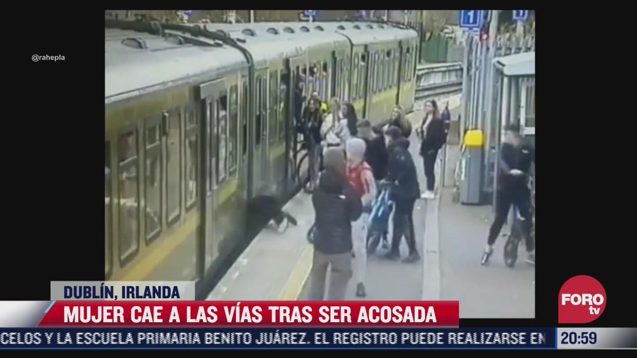 mujer acosada por hombres cae a las vias del tren