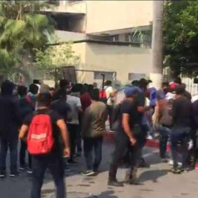 Normalistas se enfrentan con policías en Tuxtla Gutiérrez