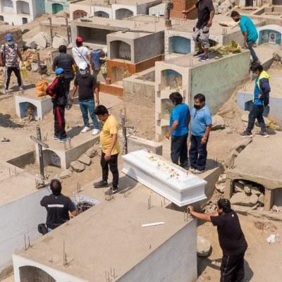 Faltan espacios en cementerios de Perú ante incremento de muertos por COVID-19