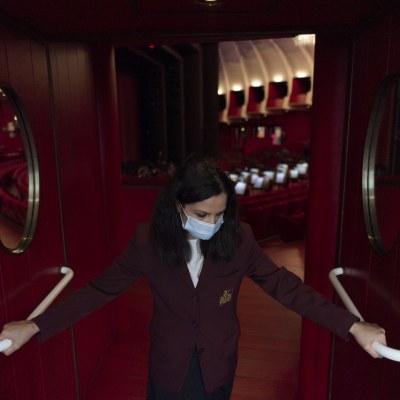 Personal de un teatro vuelve a abrir las puertas en Italia debido a las restricciones de COVID-19 (Getty Images)
