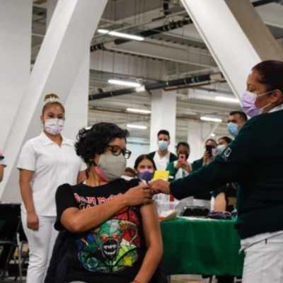 Vacunan a maestra de la UNAM