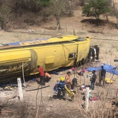 Volcadura de autobús deja 6 muertos y 20 heridos en Puebla
