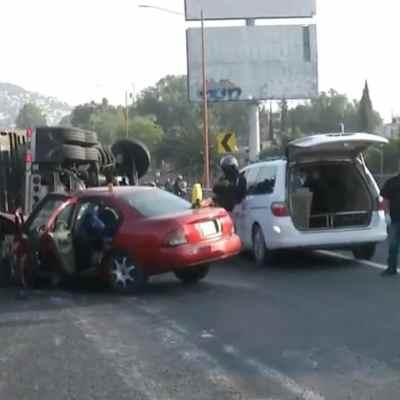 Volcadura de tráiler sobre la autopista México-Pachuca (FOROtv)