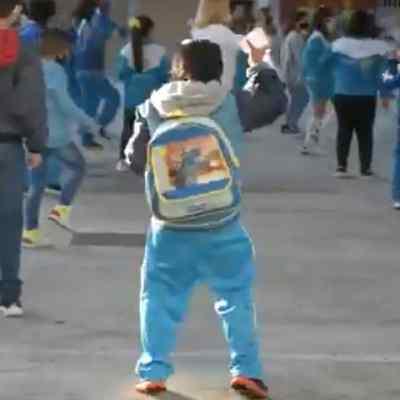 Video: Con baile, niño disfruta regreso a clases presenciales en CDMX