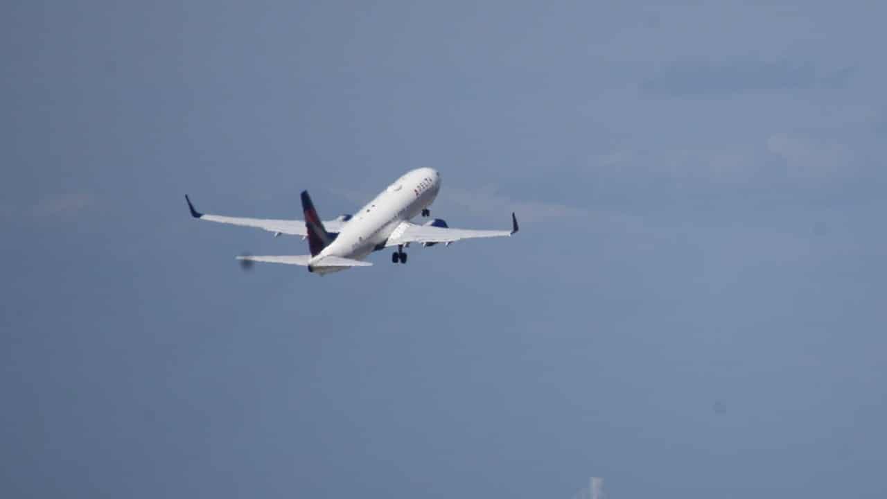 Desvían avión en EEUU por pasajero que amenazó con derribarlo