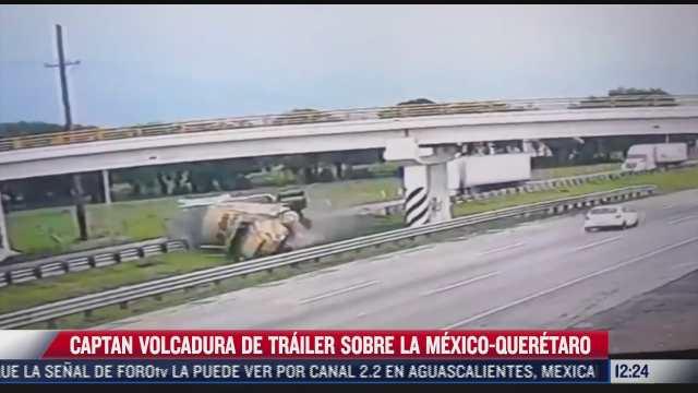 momento en que vuelca trailer sobre carretera mexico queretaro