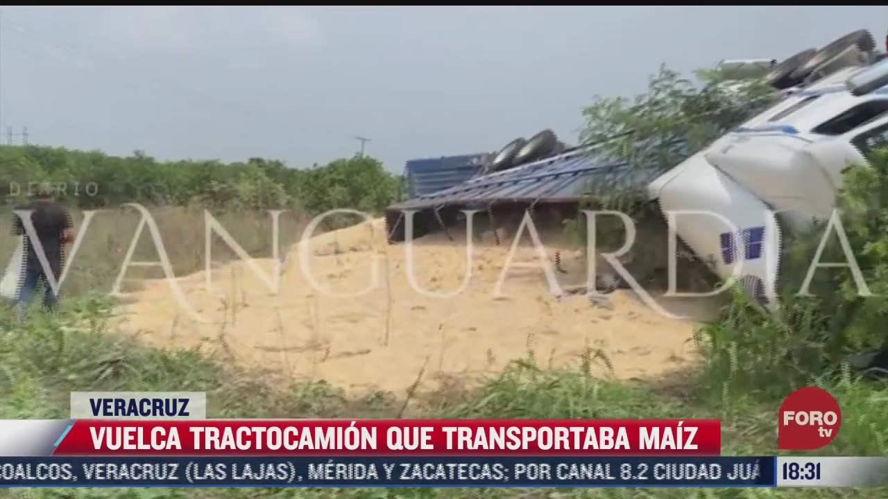 pobladores roban maiz tras volcadura de trailer en veracruz