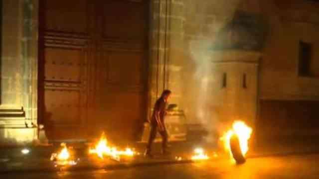Prenden fuego a llanta frente a Palacio Nacional