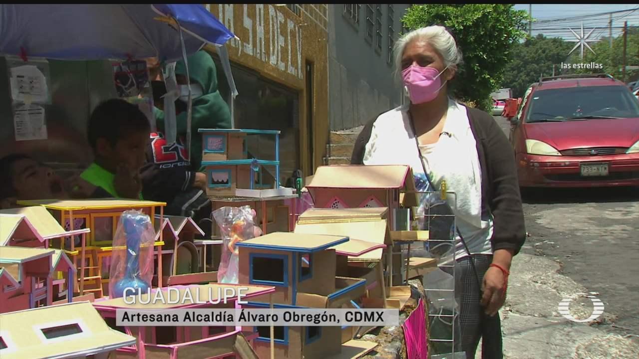 abuelita fabrica casitas de carton las intercambia por comida