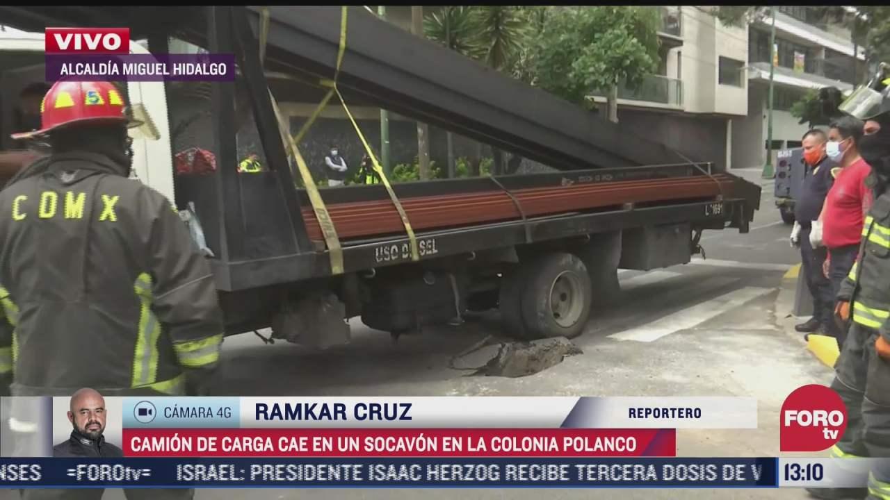 cae camion de carga cae en un socavon en la colonia polanco cdmx