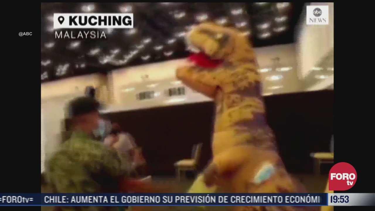 hombre se disfraza de dinosaurio para vacunarse contra covid