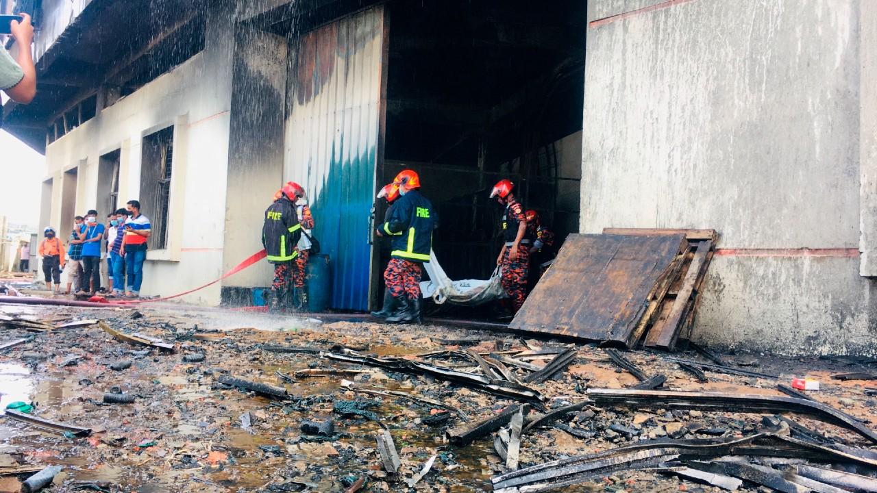Incendio en una fábrica de Bangladesh deja decenas de muertos.