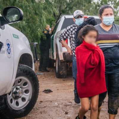Gobierno de Biden demanda a Texas por detención de vehículos con migrantes