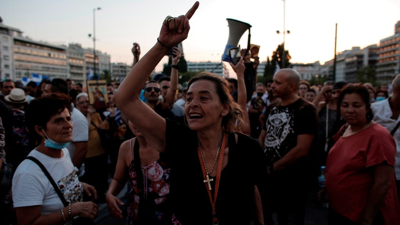 Miles protestan por vacunación obligatoria contra COVID en Grecia