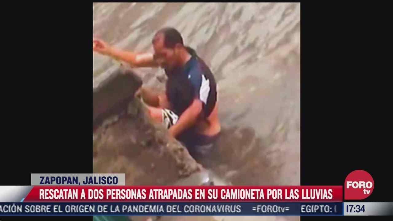 rescatan a dos personas atrapadas en su camioneta por las lluvias en zapopan jalisco