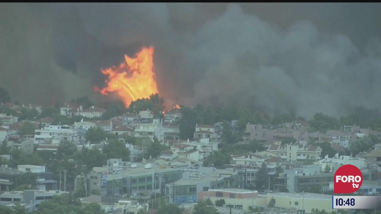 equipos de emergencia combaten incendios forestales en grecia