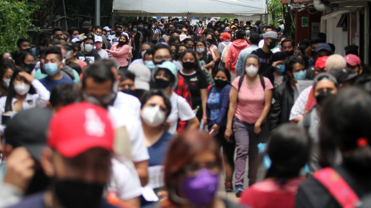 Jóvenes y rezagados abarrotan vacunación contra COVID en Xochimilco, cientos se quedan sin dosis y protestan