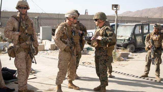 Marinos estadounidenses resguardan la seguridad en las inmediaciones del aeropuerto de Kabul, en Afganistán
