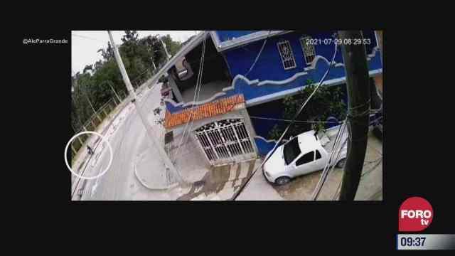 momento exacto cuando ciclista cae en alcantarilla abierta
