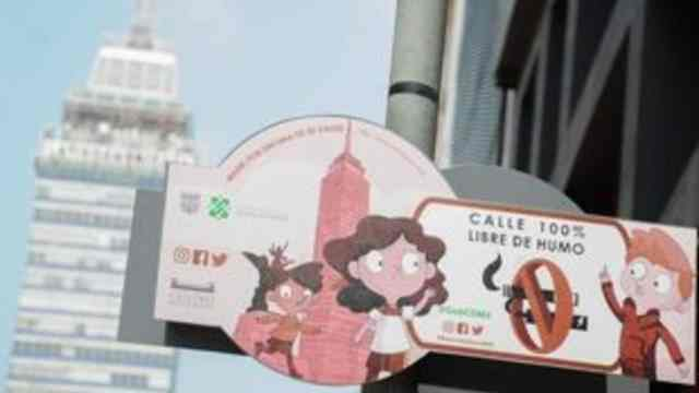 Transeúntes fumadores, inconformes por no poder fumar sobre la calle Madero, en Centro Histórico