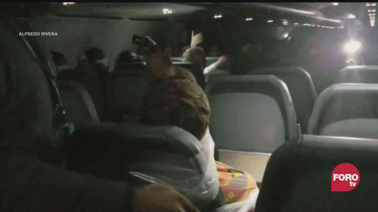 video pasajero rebelde de avion es amarrado a su asiento con cinta