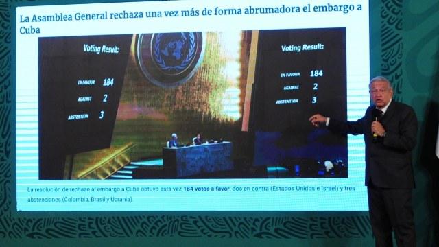 Andrés Manuel López Obrador, presidente de México, muestra el tablero de votaciones de la ONU en torno al bloqueo que existe en Cuba.