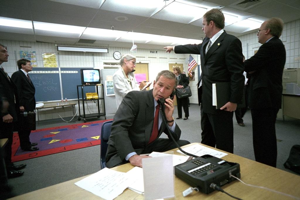 Bush decidió permitir que terminara la clase del segundo grado, antes de dirigirse a un salón contiguo para hacer frente a la crisis