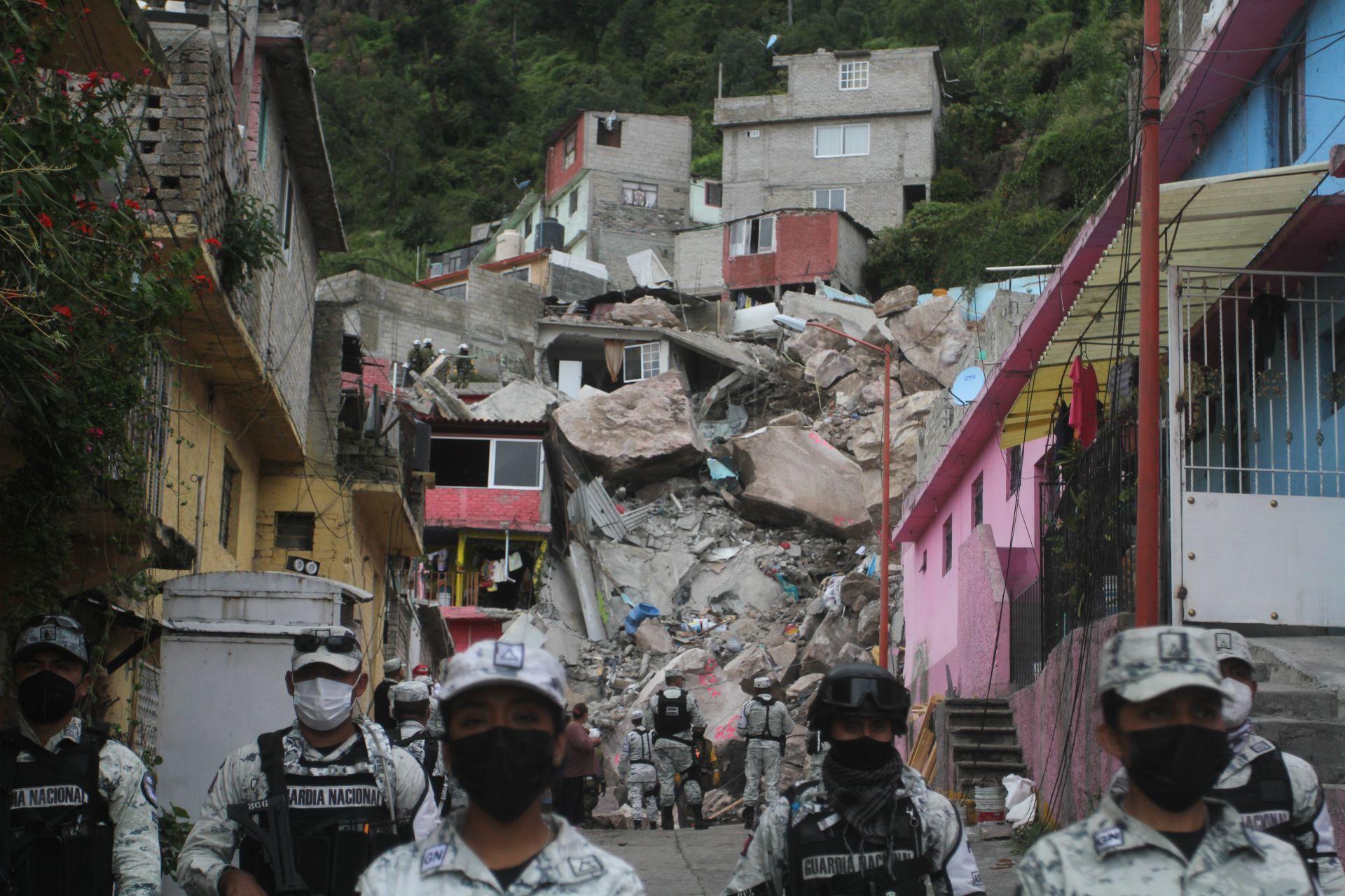 Elementos de la Guardia Nacional, Secretaría de Defensa Nacional y de la Marina acompañados de binomios caninos realizaron trabajos de escombro en la zona de desgaje del Cerro del Chiquihuite.
