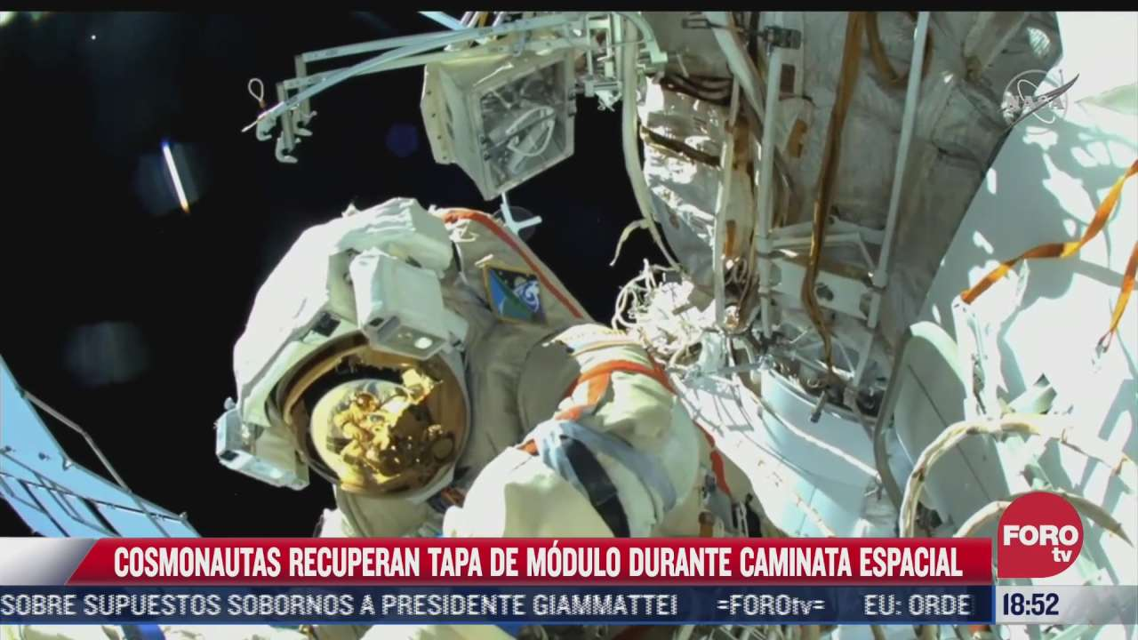 cosmonauta recupera tapa de modulo durante caminata espacial