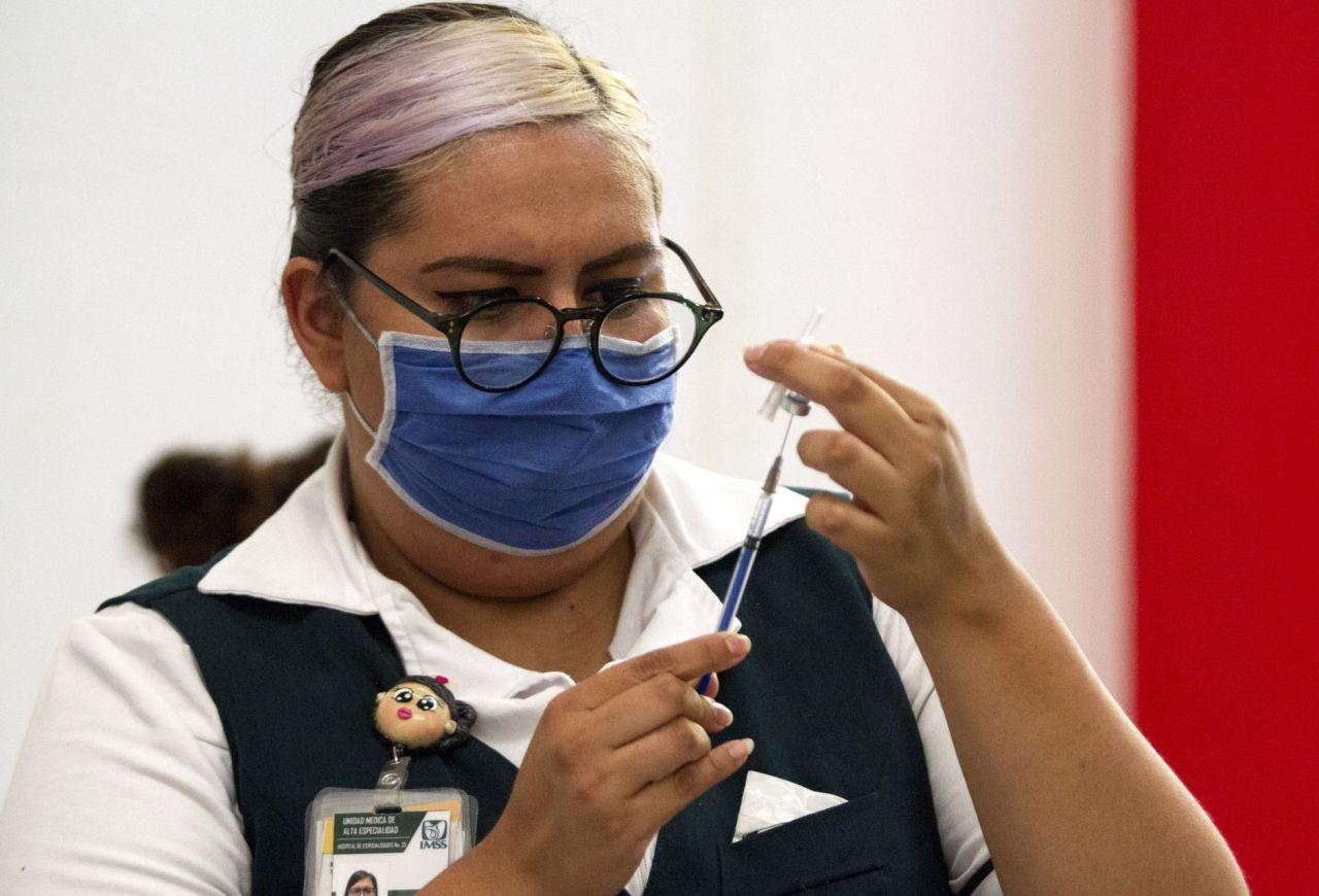 Vacuna de Moderna genera el doble de anticuerpos que Pfizer