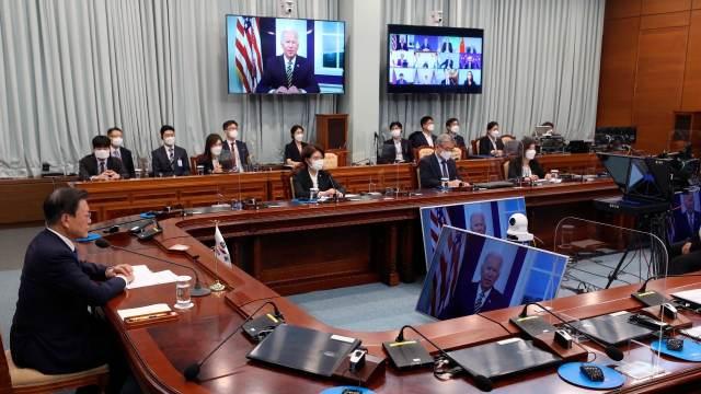 El presidente de Corea del Sur, Moon Jae-in, escucha las palabras de Biden durante el foro climático