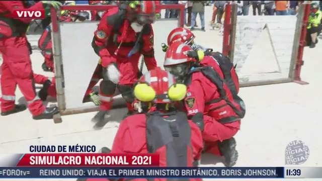 equipos de emergencia simulan rescate de persona atrapada entre los escombros en el simulacro nacional