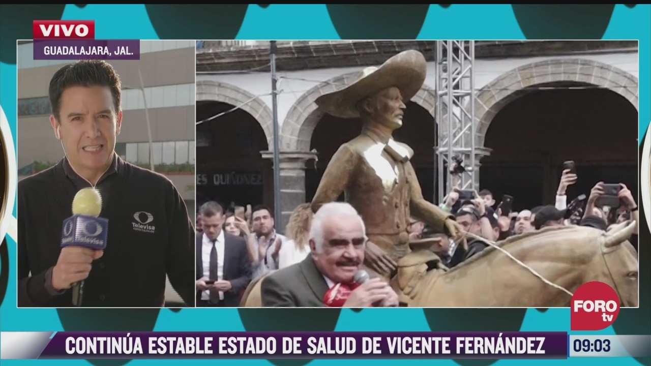 fans se fotografian con estatua de vicente fernandez