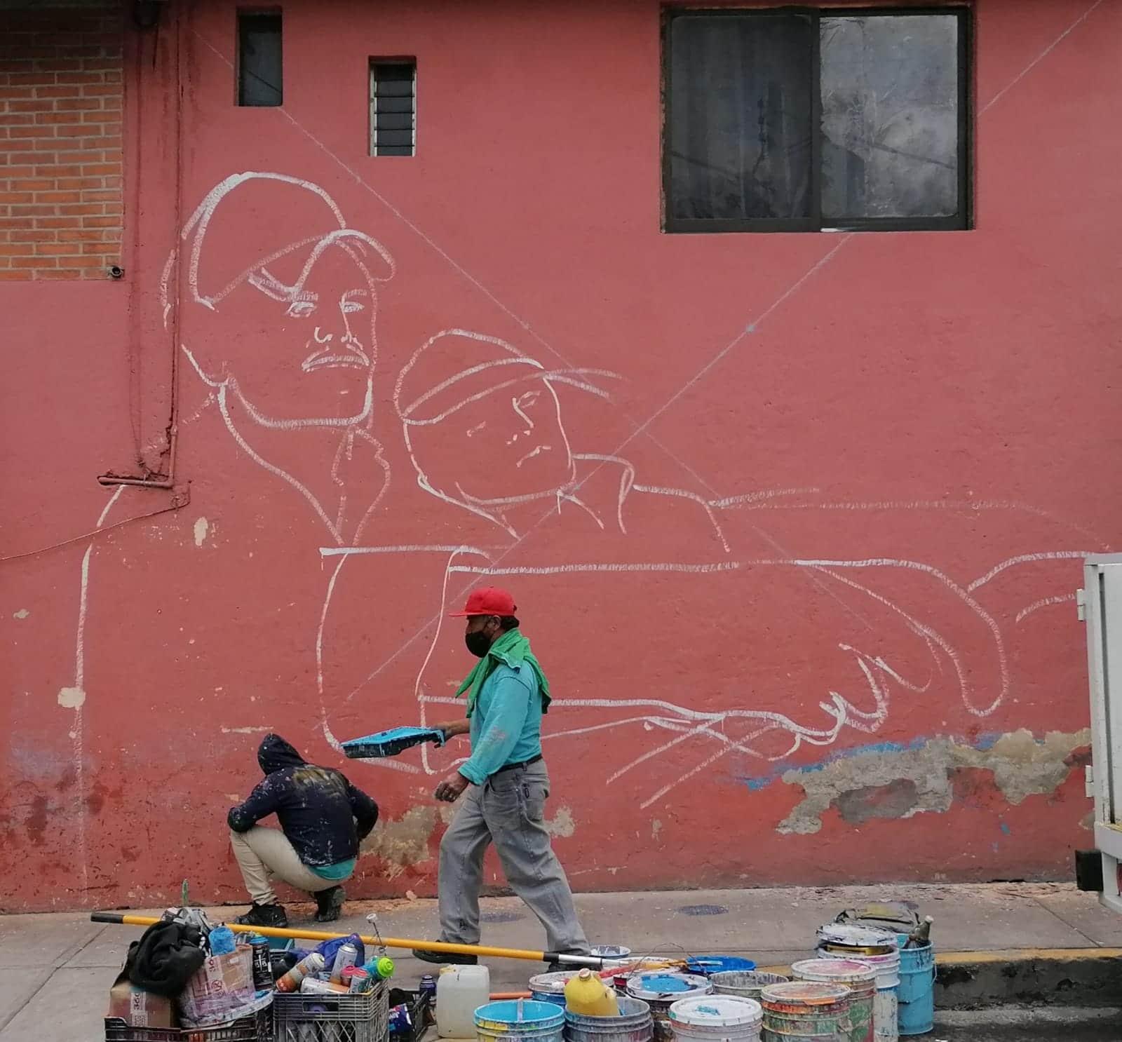 Historias de habitantes de Iztapalapa inspiran a artista urbano y las plasma en murales.