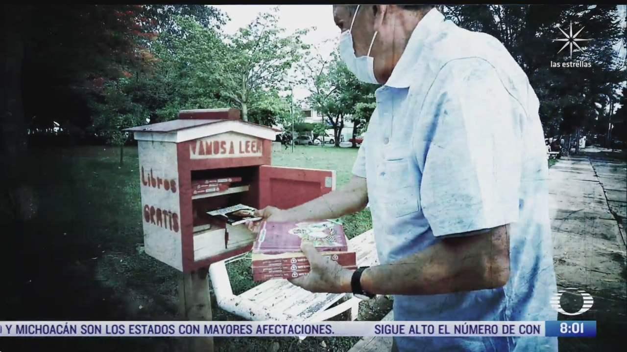 maestro jubilado construye casita de madera para compartir sus libros