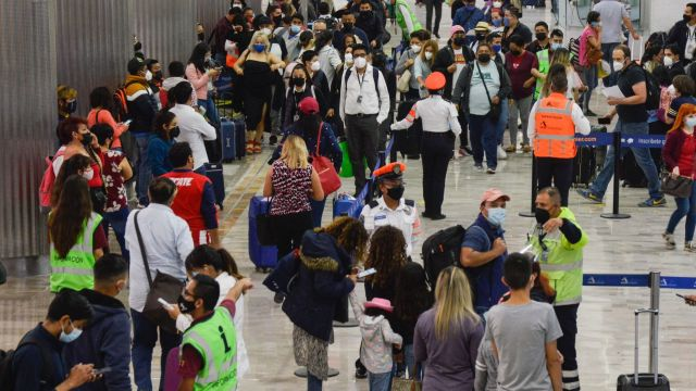 Mexicanos defraudados con trabajo en Canadá depositaron a presunto reclutador 4 mil 100 pesos y los planta en AICM