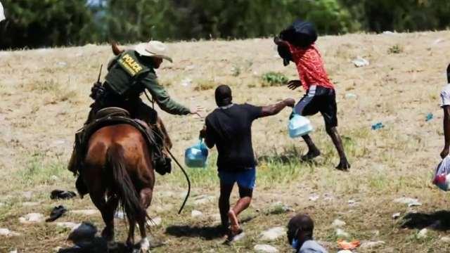 Suspenden a agentes de la Patrulla Fronteriza que impidieron a caballo entrar a migrantes haitianos a EEUU
