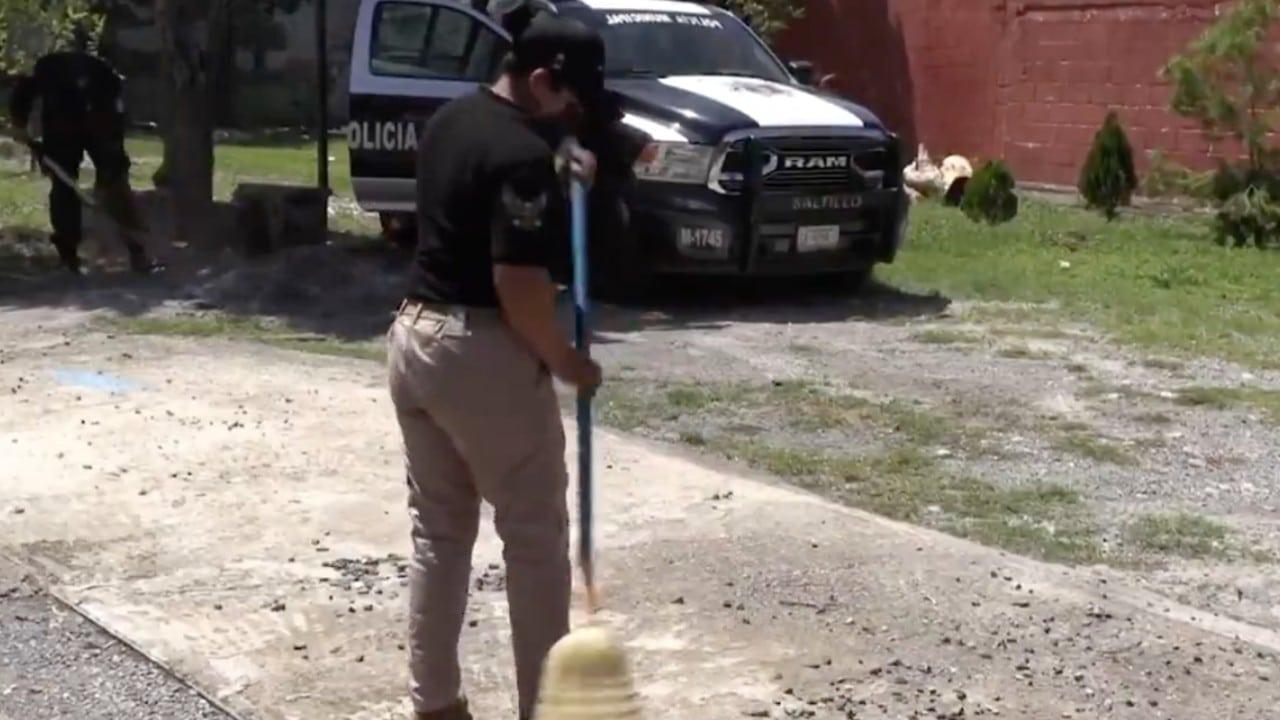 Policías de Saltillo, Coahuila, apoyan en rehabilitar y limpiar escuelas