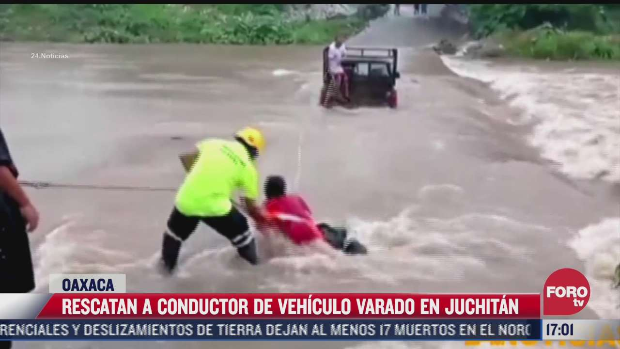 rescatan a automovilista atrapado en corriente de agua en oaxaca