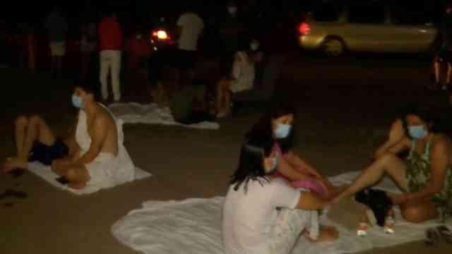 Turistas de Acapulco pernoctan sobre la costera Miguel Alemán por temor a réplicas