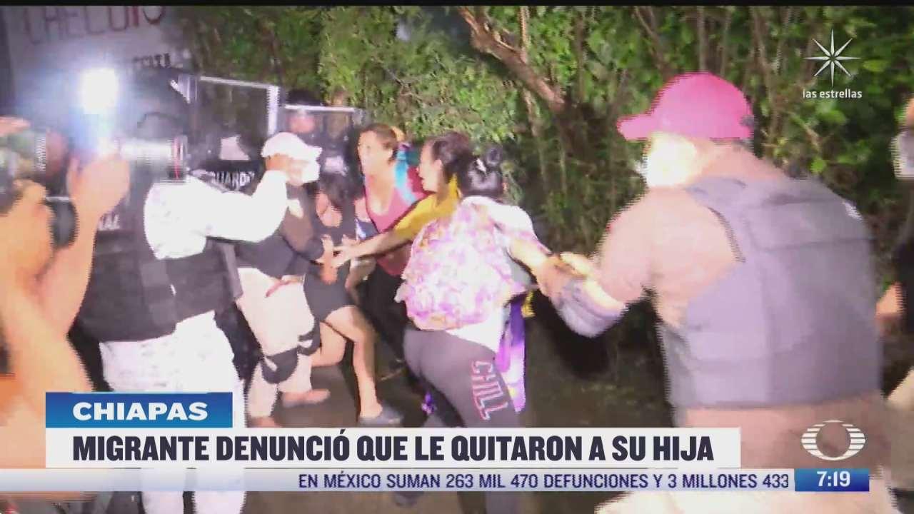 venezolana es obligada a subir a camioneta del inm mientras grita que le robaron a su hija