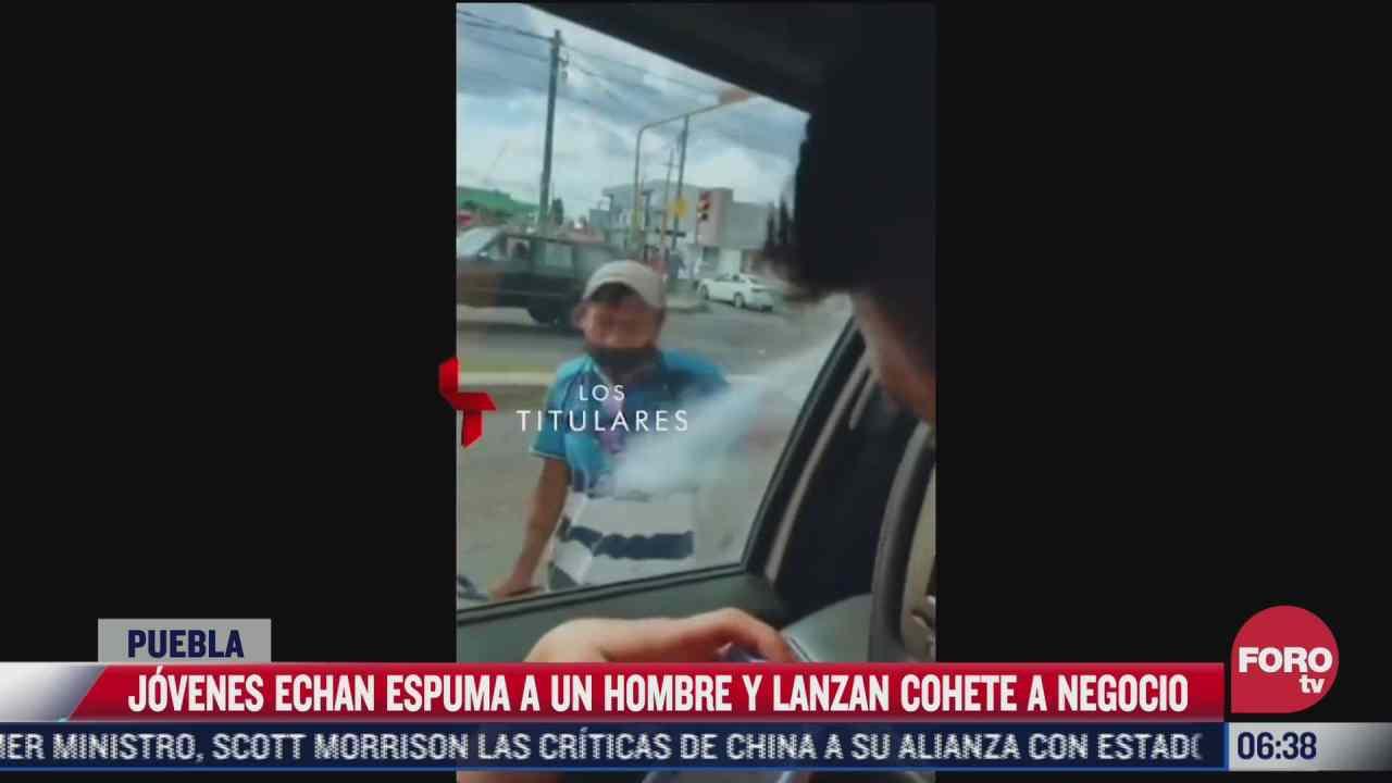 video causa indignacion por jovenes que echan espuma a un hombre en puebla