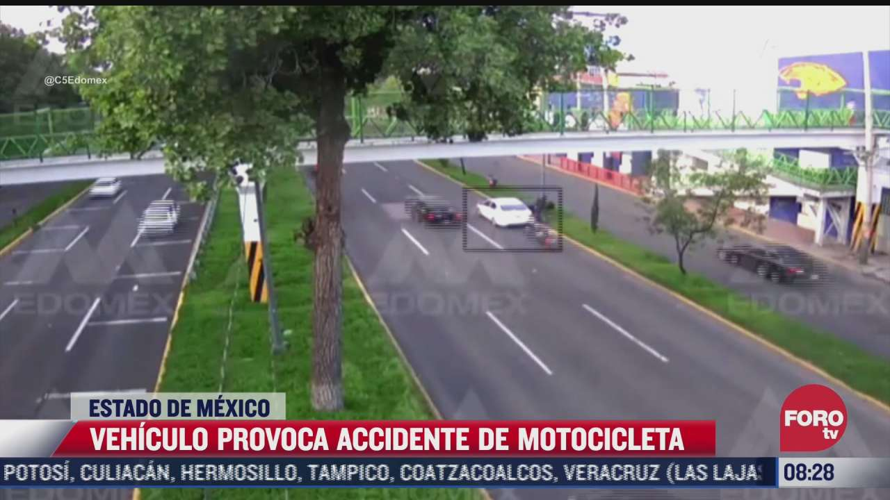 video motociclista se impacta contra automovil que se detuvo en carriles centrales en toluca