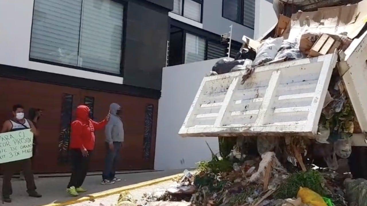 Alcalde cancela diálogo con trabajadores de limpia y le arrojan basura frente a su casa
