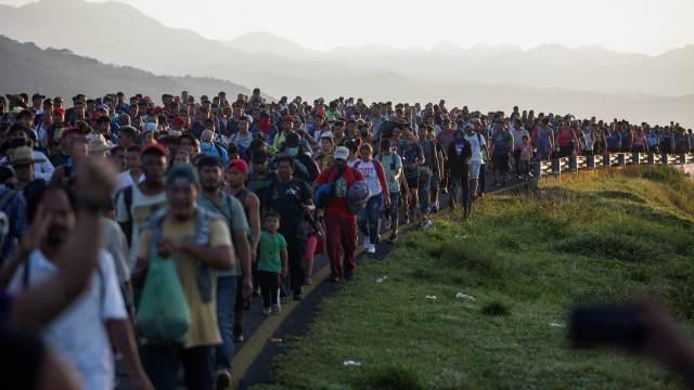 Caravana migrante en Chiapas retoma su rumbo hacia CDMX.